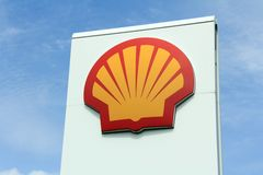 Logo Shell contra el cielo Imágenes de archivo libres de regalías