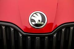 Logo Skoda producent samochodów na czerwonym Fabia Monte, Carlo - obrazy royalty free