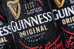 logo sulle latte di alluminio della birra di Guinness Marca della birra di Guinness fotografie stock libere da diritti