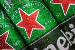 logo sulle latte di alluminio della birra di Heineken immagine stock libera da diritti
