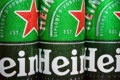 logo sulle latte di alluminio della birra di Heineken fotografia stock
