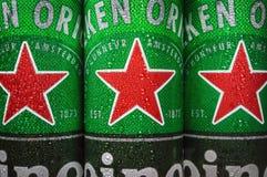 logo sulle latte di alluminio della birra di Heineken Società facente olandese di Heineken immagine stock libera da diritti