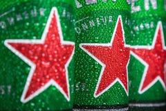 logo sulle latte di alluminio della birra di Heineken Società facente olandese di Heineken immagini stock