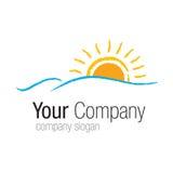 Logo Sun au-dessus de mer Photos stock