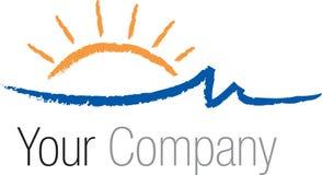 Logo Sun au-dessus des ondes de mer Photos stock