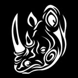 Logo sylwetka nosorożec kaganiec w bielu z wzorem curlicues na czarnym tle ilustracji