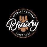 Logo tiré par la main de lettrage de brasserie, label, insigne, emblème avec des bouteilles à bière Photo stock