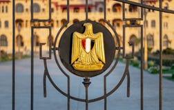 Logo von Ägypten auf einem Eisenzaun, der Präsidentenpalast Montaza, Alexandria, Ägypten aufdeckt Lizenzfreie Stockfotos