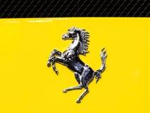 Logo von Ferrari auf gelbem Supersportwagen Lizenzfreies Stockbild
