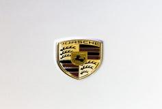 Logo von Porsche auf weißer Beschaffenheit Stockfoto