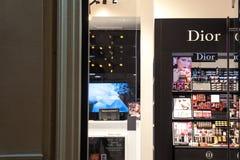 Logo widzieć w ich Belgrade mainstore przy nocą Dior Christian Dior lub cd, jesteśmy europejczyka luksusowym towarowym firmą zdjęcie royalty free