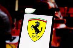 Logoen av formeln 1' den Scuderia Ferrari beskickningen fläktar 'laget på skärmen av mobila enheten royaltyfri fotografi