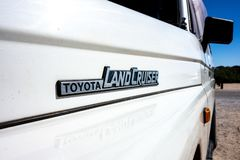 Logoen av legendariskt klassiskt av vägen Toyota Landcruiser på modellen J70 fotografering för bildbyråer