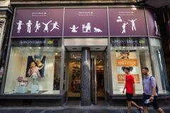Logoen av Sergent som är viktig på deras strömförsörjning, shoppar i Belgrade Sergent Major är ett franskt modedetaljhandelmärke arkivfoton