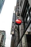 Logoen för pricken för den Leica kameran shoppar den röda på i Tokyo Japan på mars 31, 2017 Royaltyfria Foton