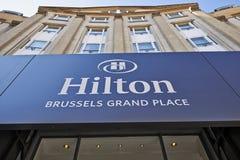 Logoen ovanför den huvudsakliga ingången av Hilton Hotel arkivbilder