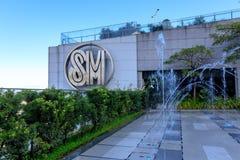 Logoen på byggnad för SM Aura Premier, shoppinggalleria i Taguig, Filippinerna Arkivbild