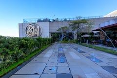 Logoen på byggnad för SM Aura Premier, shoppinggalleria i Taguig, Filippinerna Arkivbilder
