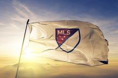 Logoflaggentextilstoffgewebe MLS Major League Soccer, das auf den Spitzensonnenaufgangnebelnebel wellenartig bewegt stockfotografie
