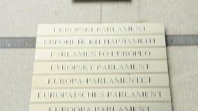 Logoplatte des Europäischen Parlaments, alle Eurosprachen-EU-Länder stock video