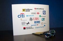 Logos de banque sur le livre blanc et trois dards Photographie stock libre de droits