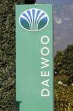 Logotecken av den Daewoo bilåterförsäljaren Royaltyfri Bild