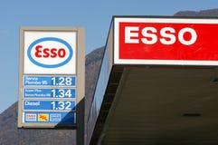 Logotecken av den Esso bensinstationen Arkivfoto