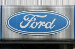 Logotecken av den Ford bilåterförsäljaren Arkivfoto
