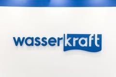 Logotecken av det Wasser Kraft företaget Wasserkraft är en tysk producent av sanitära produkter och badmöblemang Royaltyfri Fotografi