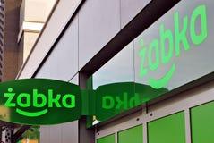 Logotecken av en Zabka livsmedelsbutik Royaltyfri Fotografi