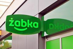 Logotecken av en Zabka livsmedelsbutik Royaltyfri Foto