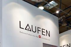 Logotecken av schweizaremärket Laufen Laufen producerar keramiska objekt liksom handfat, bidéer och toaletter Royaltyfri Bild