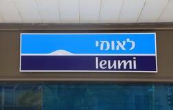 Logotecken på ingången i den lokala filialen av den Leumi banken i telefon Arkivbilder