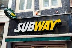 Logotecken på väggen av gångtunnelmatrestaurangen Arkivfoton