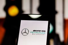 Logotipo 'del equipo de la fórmula 1 del Motorsport de Mercedes AMG Petronas 'en la pantalla del dispositivo móvil fotografía de archivo