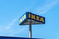Logotipo al aire libre de la tienda de IKEA imagen de archivo