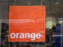 Logotipo anaranjado en una tienda anaranjada S anaranjado A , antes France Telecom S A , es una sociedad multinacional francesa d Fotos de archivo