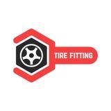 Logotipo apropiado del neumático con la llave Imagen de archivo