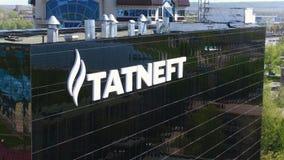 Logotipo branco de Tatneft na opinião aérea da fachada de vidro preta video estoque