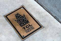 Logotipo chino de la bandera del metal del teatro del TCL en piso concreto en Hollywood Boulevard, Los Angeles, California los E. imágenes de archivo libres de regalías