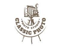 Logotipo clásico de la cámara de la foto - ejemplo del vector Emblema de la vendimia fotos de archivo libres de regalías