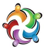 Logotipo colorido del abrazo del trabajo en equipo Imagenes de archivo