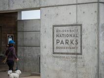 Logotipo conservador de los parques de nacional del Golden Gate con el dogv que camina de la mujer fotografía de archivo