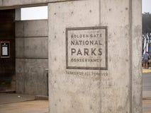 Logotipo conservador de los parques nacionales del Golden Gate grabado al agua fuerte en el edificio exterior concreto foto de archivo libre de regalías
