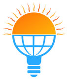 logotipo da ampola do sol da energia solar Fotografia de Stock