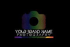 Logotipo da câmera do arco-íris no fundo preto ilustração royalty free