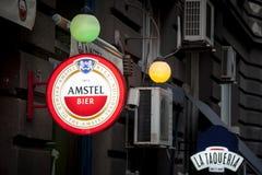 Logotipo da cerveja de Amstel em um sinal da barra com seu visual distintivo Amstel é uma cerveja clara holandesa de pilsner prod Foto de Stock