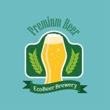 Logotipo da cerveja do eco do vetor Emblema liso do estilo no fundo verde Imagens de Stock Royalty Free