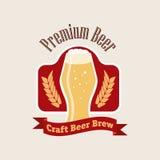 Logotipo da cerveja do vetor Emblema liso do estilo no fundo Fotos de Stock Royalty Free