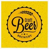 Logotipo da cervejaria do tampão da cerveja Rotulação do vintage da cerveja do ofício no fundo amarelo Foto de Stock Royalty Free